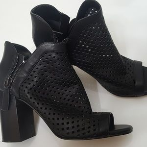 Guess Shoes size 7 Leather Black